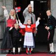 The Crown Prince and Crown Princess' family greets the Children's Parade in Asker outside Skaugum Estate (Photo: Fredrik Varfjell / NTB scanpix)