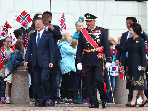 Children with Korean and Norwegian flags were assembled in the Palace Square. The President and his wife, the King and the Crown Prince took time to greet the children after the formal welcoming ceremony. Photo: Ryan Kelly / NTB scanpix.
