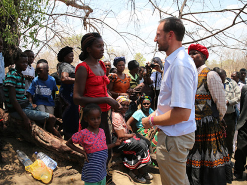 Crown Prince Haakon visits the village of Kazungula in Zambia to learn how climate change is affecting the industrial base. Photo: Stein J. Bjørge.