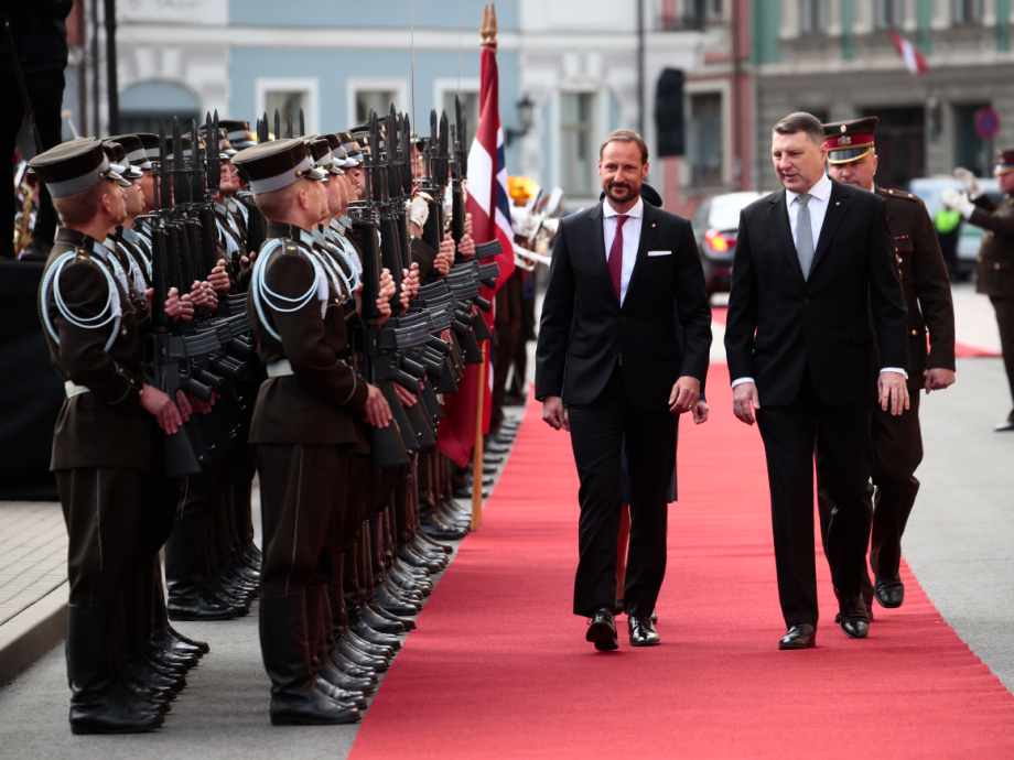 Crown Prince Haakon and President Vējonis inspect the Guard of Honour. Photo: Lise Åserud / NTB scanpix