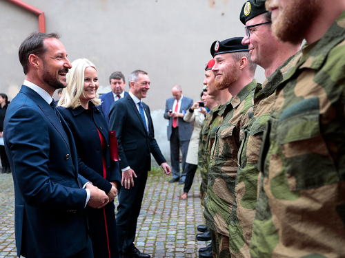 Speaking with Norwegian soldiers at the Ministry of National Defence in Vilnius. Photo: Lise Åserud / NTB scanpix.