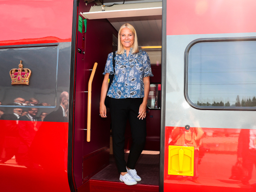 The literary train tour in Germany has been inspired by the Crown Princess' own Norwegian literary train tours – here from the train station in Kristiansand in 2018. Photo: Lise Åserud/NTB scanpix