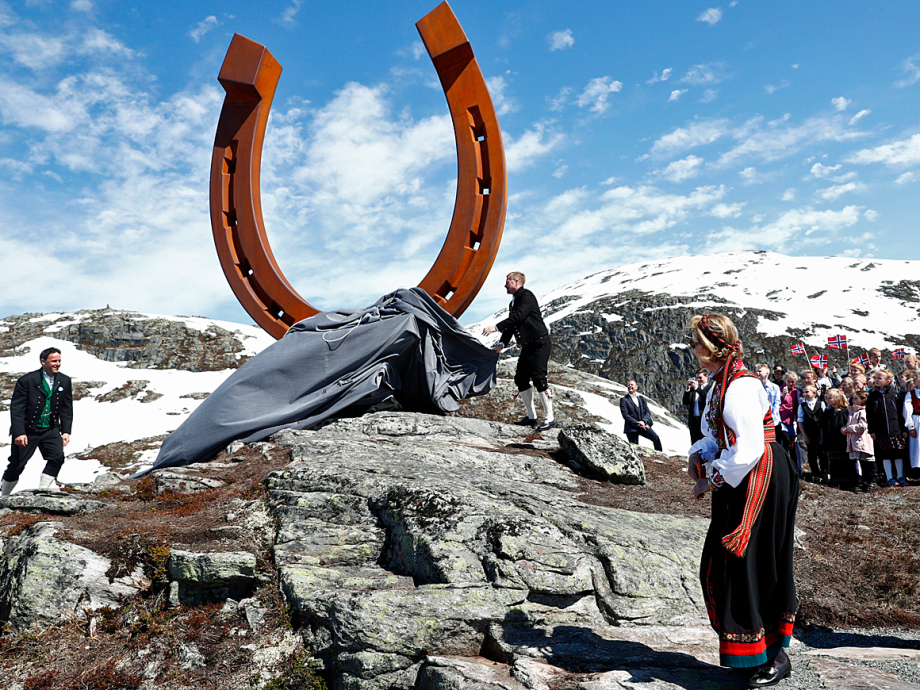 The Queen unveiled a five-metre-high horseshoe on Mt Hoven. Photo: Terje Pedersen, NTB Scanpix