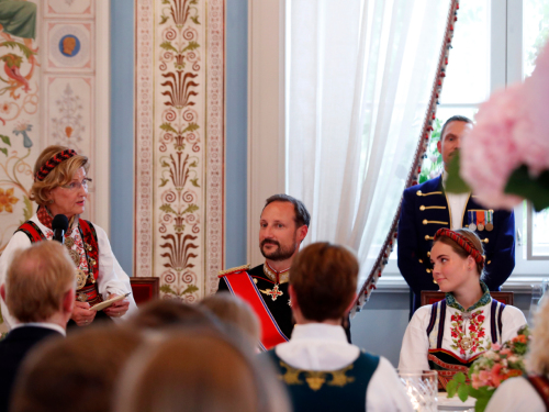 Queen Sonja welcomes the guests and gives her speech to Princess Ingrid Alexandra. Photo: Terje Bendiksby / NTB scanpix