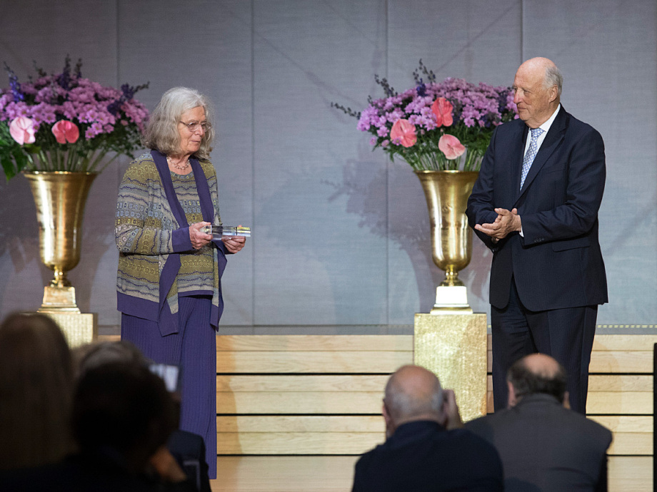 King Harald presented the Abel Prize to Karen Uhlenbeck in the Aula of the University of Oslo. Photo: Terje Bendiksby / NTB scanpix.