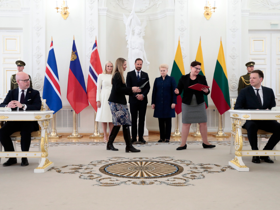 The President and the Crown Prince and Crown Princess were in attendance as the Lithuanian Minister of Finance, Mr Vilius Šapoka, and State Secretary Audun Halvorsen of the Ministry of Foreign Affairs signed two MoUs between Lithuania and Norway. Photo: Lise Åserud, NTB scanpix.