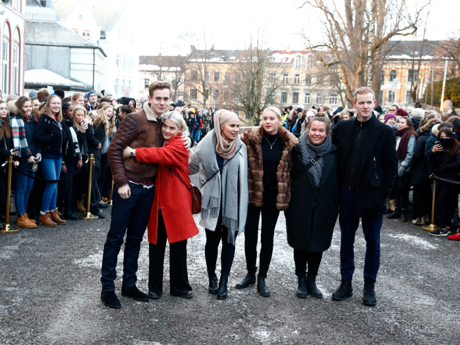 SKAM actors Tarjei Sandvik Moe, Ulrikke Falch, Iman Meskini, Josefine Pettersen, Ina Svenningdal and Carl Martin Eggesbø and the other students wait for the Royals to arrive at Hartvig Nissen Upper Secondary School. Photo: Terje Pedersen / NTB scanpix