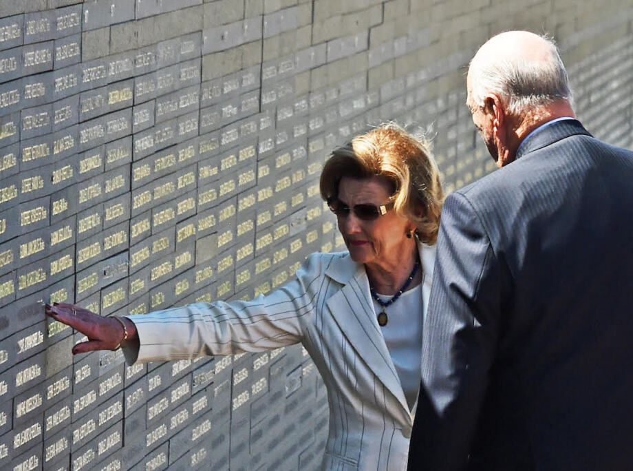 Queen Sonja reads the names of some of the 9 000 victims of Argentina's 1976-1983 military regime listed on the wall in the Parque de la Memoria. Photo: Sven Gj. Gjeruldsen, The Royal Court