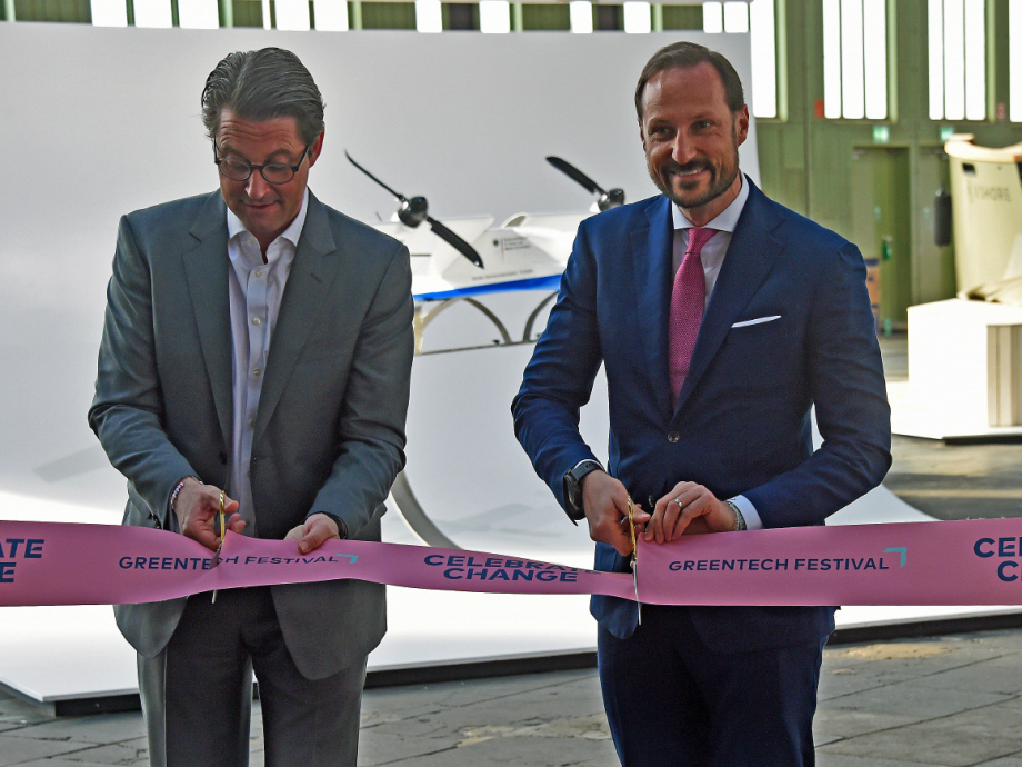 Crown Prince Haakon opened the exhibition together with German Minister of Transport Andreas Scheuer. Photo: Sven Gj. Gjeruldsen, The Royal Court.