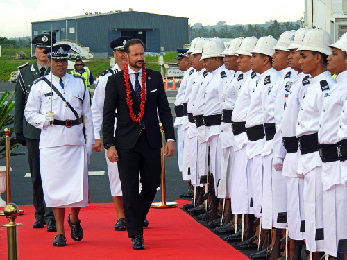 Crown Prince Haakon inspects a guard of honour during the welcoming ceremony in Apia. Photo: Sven Gj. Gjeruldsen, The Royal Court