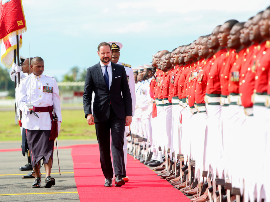 Crown Prince Haakon inspects a guard of honour, accompanied by Viliame Naupoto, Commander of the Republic of Fiji Military Forces. Photo: Karen Setten / NTB scanpix