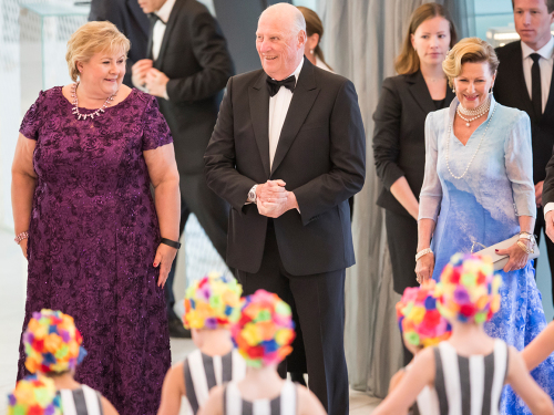 The birthday celebrants arrived at the Oslo Opera House at 7:00 pm and were received by Prime Minister Erna Solberg. Photo: Heiko Junge / NTB scanpix