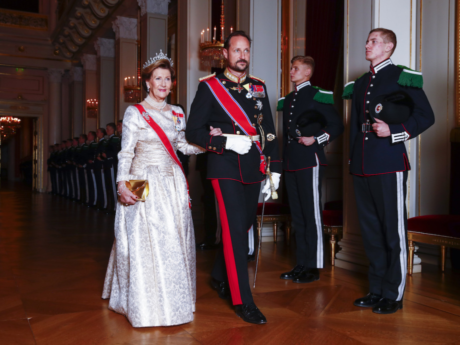 Queen Sonja and Crown Prince Haakon arrive for the gala dinner. Photo: Terje Pedersen, NTB scanpix
