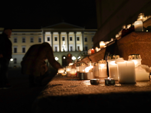 Many have lit candles in memory of Ari Behn in the Palace Square. Photo: Ørn E. Borgen / NTB scanpix