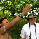 The eader of the Yanomami, Daví Kopenawa, tells the King about life in the rainforest. (Photo: Rainforest Foundation Norway / ISA Brazil)