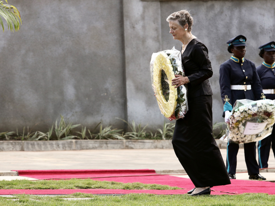 Kofi Annan's wife, Nane Maria Annan, lays a wreath during the burial service held at the Military Cemetery at Burma Camp in Accra. Photo: Francis Kokoroko, Reuters / NTB Scanpix