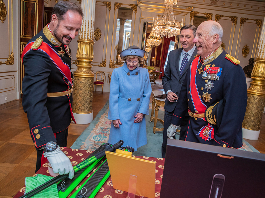 The gifts exchanged during the State Visit were displayed in the White Parlour. The President brought Slovenian skis for Crown Prince Haakon. Photo: Stian Lysberg Solum / NTB scanpix
