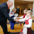 Else Glomm-White (7) and Magnus Aarhaug Dafter (6) had flowers for King Harald and Queen Sonja. Photo: Lise Åserud / NTB scanpix