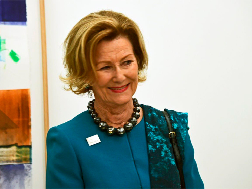 Queen Sonja during the opening at Galerie MøllerWitt. Photo: Sven Gj. Gjeruldsen, The Royal Court