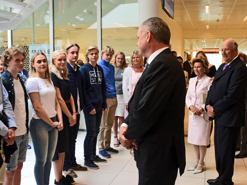 The King and Queen and President Kiska greeted rector Torill Røeggen and some of her pupils. Photo: Sven Gj. Gjeruldsen, The Royal Court.