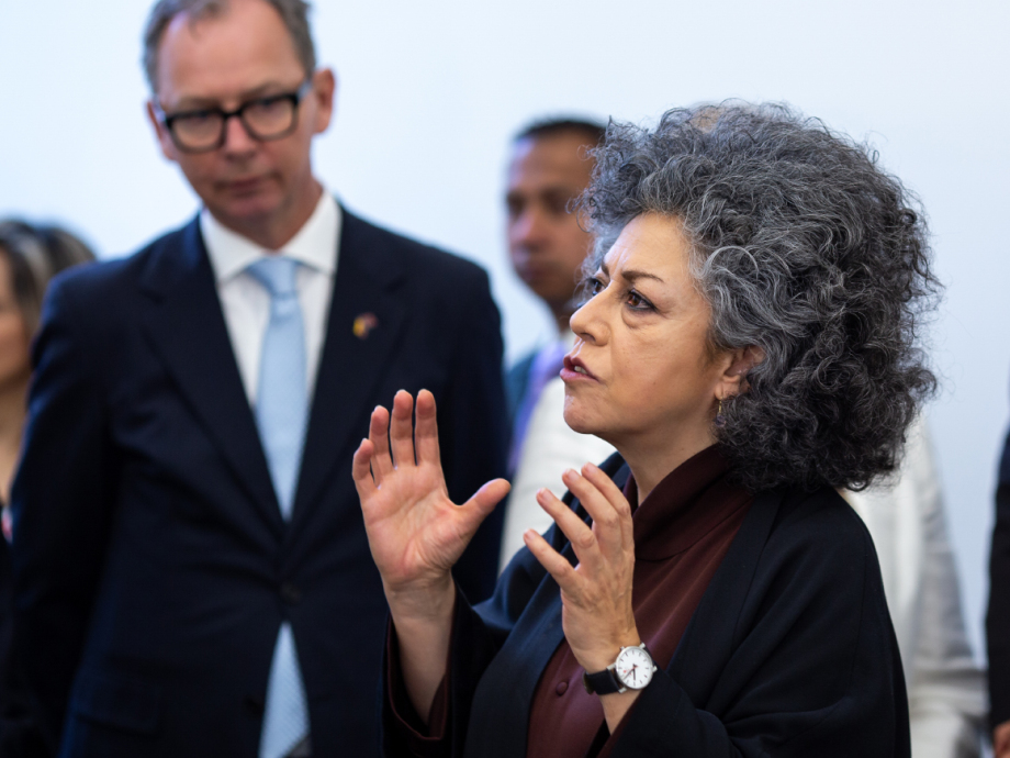 Colombian artist Doris Salcedo explained about the museum and the melted-down weapons. Photo: FN-sambandet / Eivind Oskarson