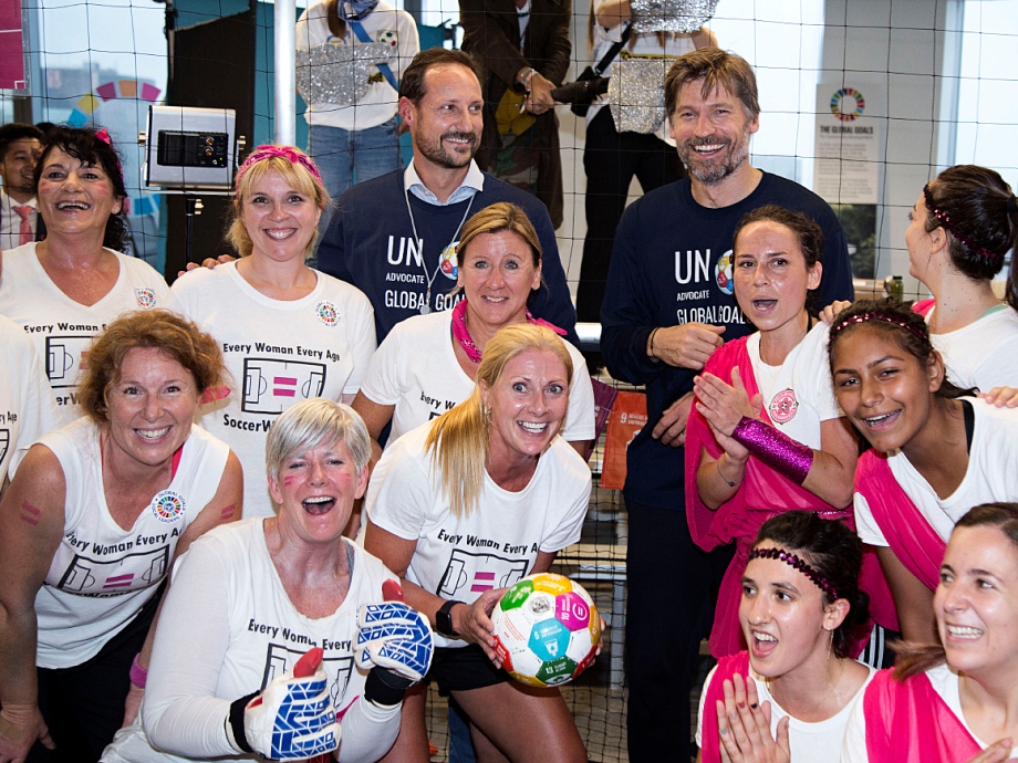 Crown Prince Haakon and actor Nikolaj Coster-Waldau with the winning team, the Goleadoras of Queens, NY. Photo: Pontus Höök / NTB scanpix.