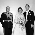 The bride and groom with King Olav. Photo: Stage / NTB / Scanpix