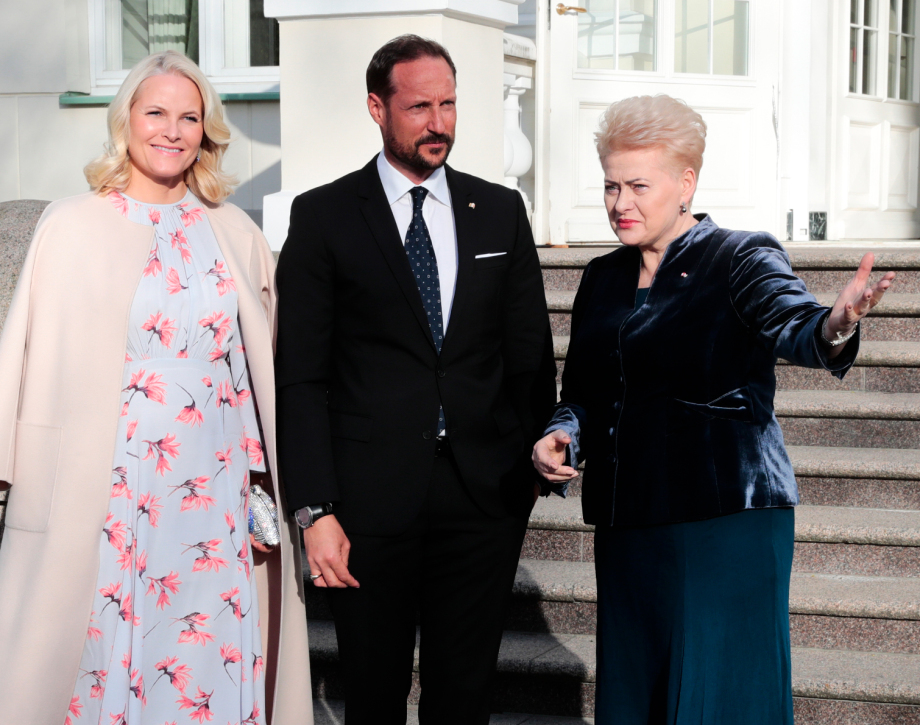 The Crown Prince and Crown Princess arrive for dinner with President Dalia Grybauskaitė. Photo: Lise Åserud, NTB scanpix