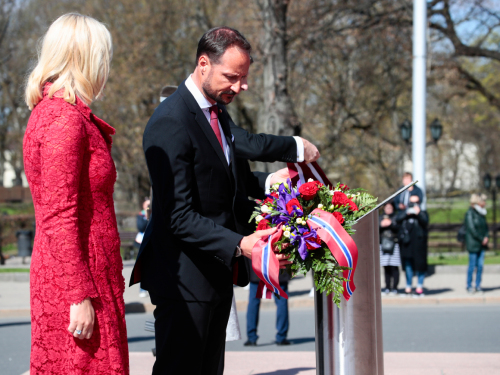 The Crown Prince and Crown Princess and the President and First Lady laid bouquets at Latvia's Freedom Monument. Photo: Lise Åserud / NTB scanpix