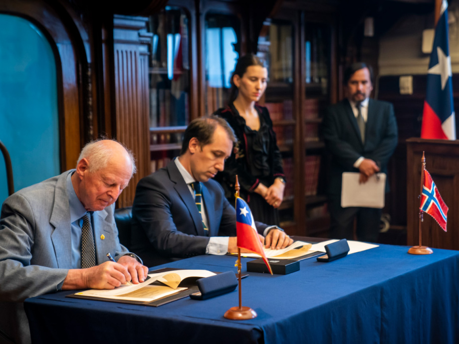 Thor Heyerdahl jr. and Chile's Director General for Cultural Heritage Carlos Maillet sign the agreement. Photo: Heiko Junge / NTB scanpix