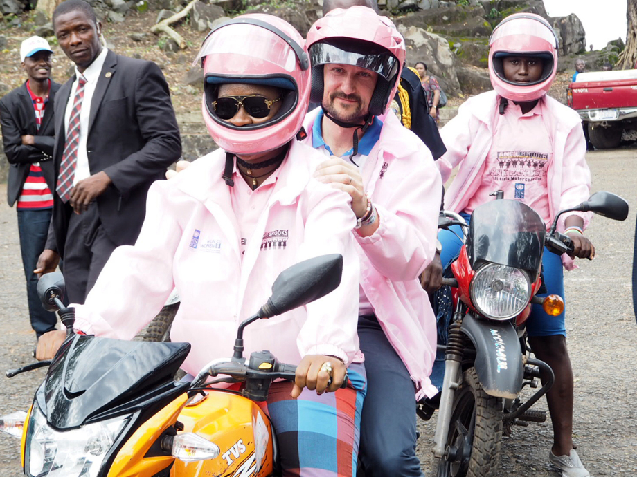The Crown Prince went on a test drive with the Pink Panthers. He was given the pink helmet as a souvenir from Liberia. Photo: Christian Lagaard, The Royal Court.