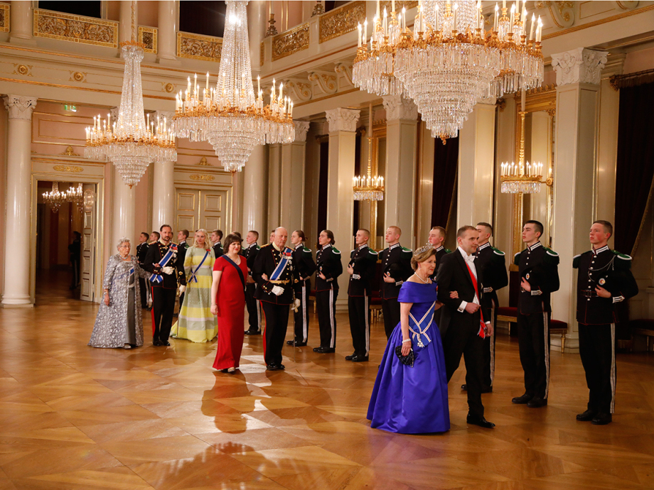 President Guðni Jóhannesson and Queen Sonja arrive for the gala dinner, followed by King Harald and Mrs Eliza Reid, the Crown Prince Couple and Princess Astrid, Mrs Ferner. Photo: Jon Eeg, NTB scanpix