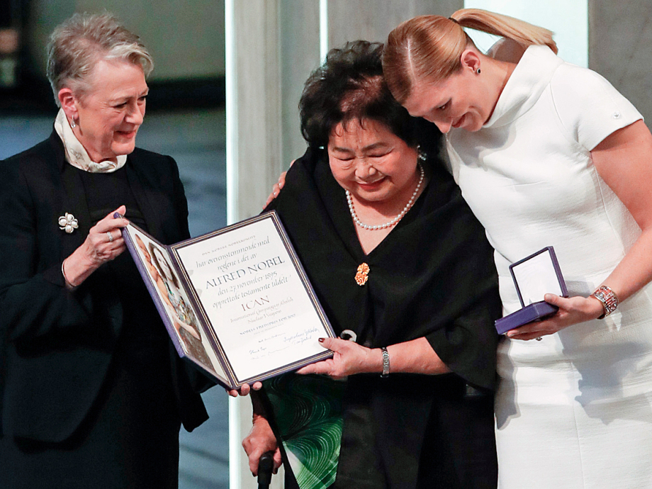 Berit Reiss-Andersen, chairperson of the Norwegian Nobel Committee, hands over the 2017 Nobel Peace Prize to Beatrice Fihn, leader of ICAN (International Campaign to Abolish Nuclear Weapons), and Hiroshima nuclear bombing survivor Setsuko Thurlow. Photo: Terje Bendiksby / NTB scanpix