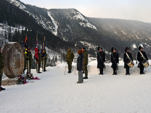 Crown Prince Haakon and Ambassador Sarah Gillett laid wreaths at the monument at the Vemork plant.  Photo: Sven Gj. Gjeruldsen, The Royal Court