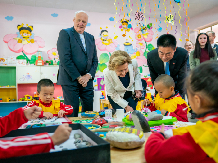 The King and Queen were given a tour of Dunhuang City Kindergarten. Foto: Heiko Junge, NTB scanpix