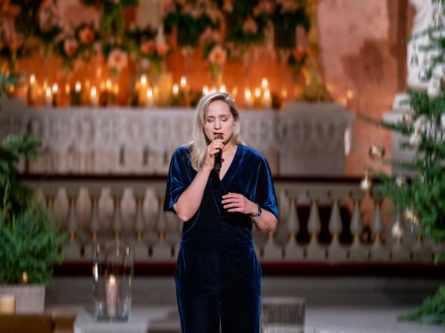 Frida Ånnevik opened with a popular Christmas song by Norwegian author and songwriter Alf Prøysen. Photo: The Royal Court