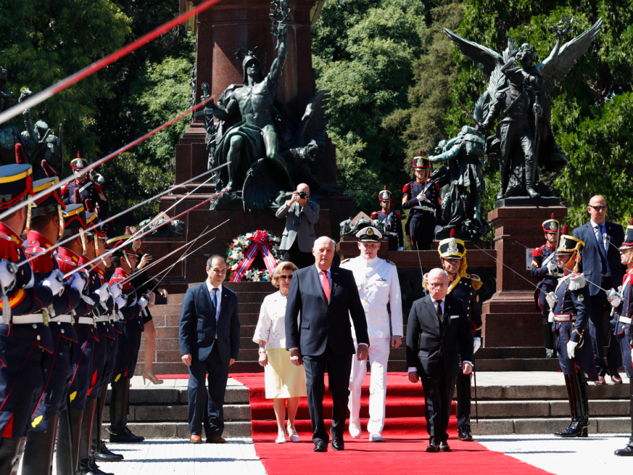 The state visit began with the laying of a wreath at the National Monument at Plaza San Martín. Photo: Heiko Junge / NTB scanpix